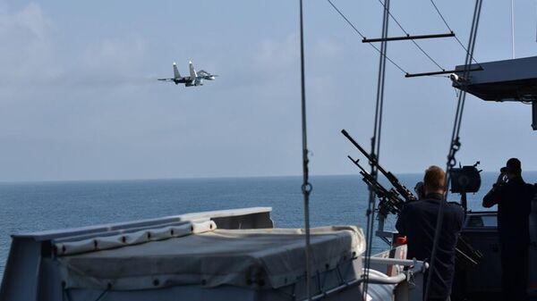 Российский истребитель рядом с голландским военным кораблем Zr.Ms. Evertsen в Черном море