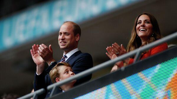 Британский принц Уильям с супругой Кейт и сыном Джорджем на трибуне стадиона Уэмбли