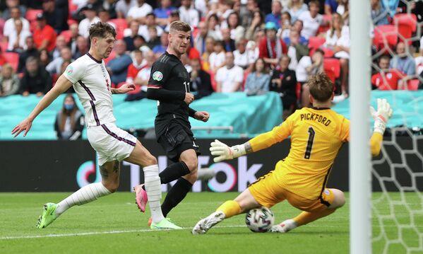 Защитник сборной Англии Джон Стоунз, нападающий сборной Германии Тимо Вернер и вратарь сборной Англии Джордан Пикфорд (слева направо)