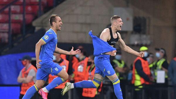 Нападающий сборной Украины Артем Довбик (справа)