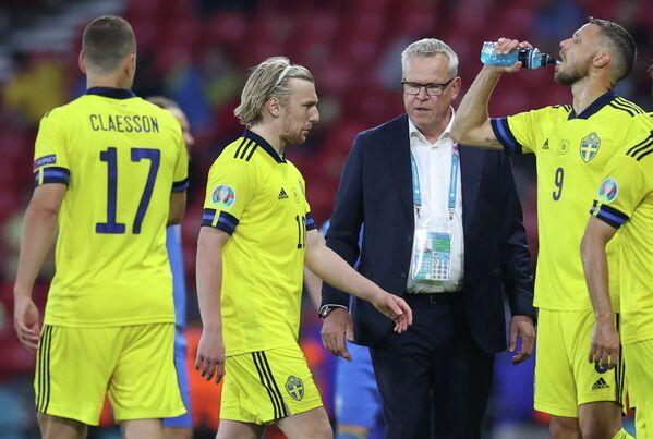Футболисты сборной Швеции и главный тренер команды Янне Андерссон
