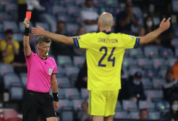 Арбитр Даниэле Орсато показывает красную карточку защитнику сборной Швеции Маркусу Даниэльсону
