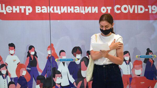 Девушка в пункте вакцинации от коронавируса в ТК Заневский каскад в Санкт-Петербурге