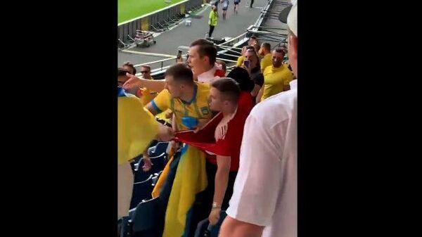 Потасовка российского болельщика с украинскими фанатами