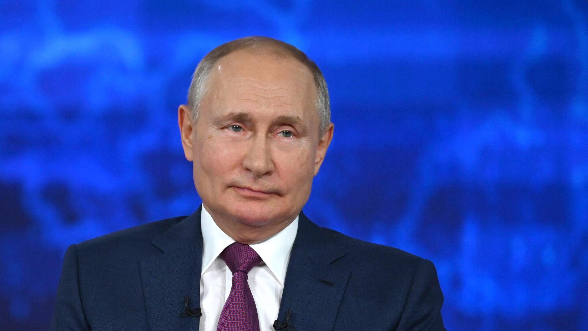 Президент РФ Владимир Путин отвечает на вопросы россиян во время ежегодной специальной программы Прямая линия с Владимиром Путиным - РИА Новости, 1920, 07.10.2021