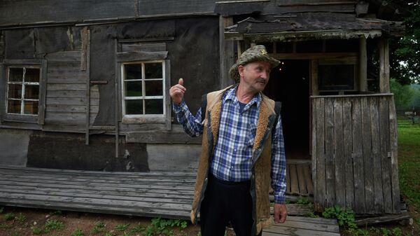 Сосед Анатолий (персонаж Толик в произведении Заповедник) у дома-музея Сергея Довлатова в деревне Березино