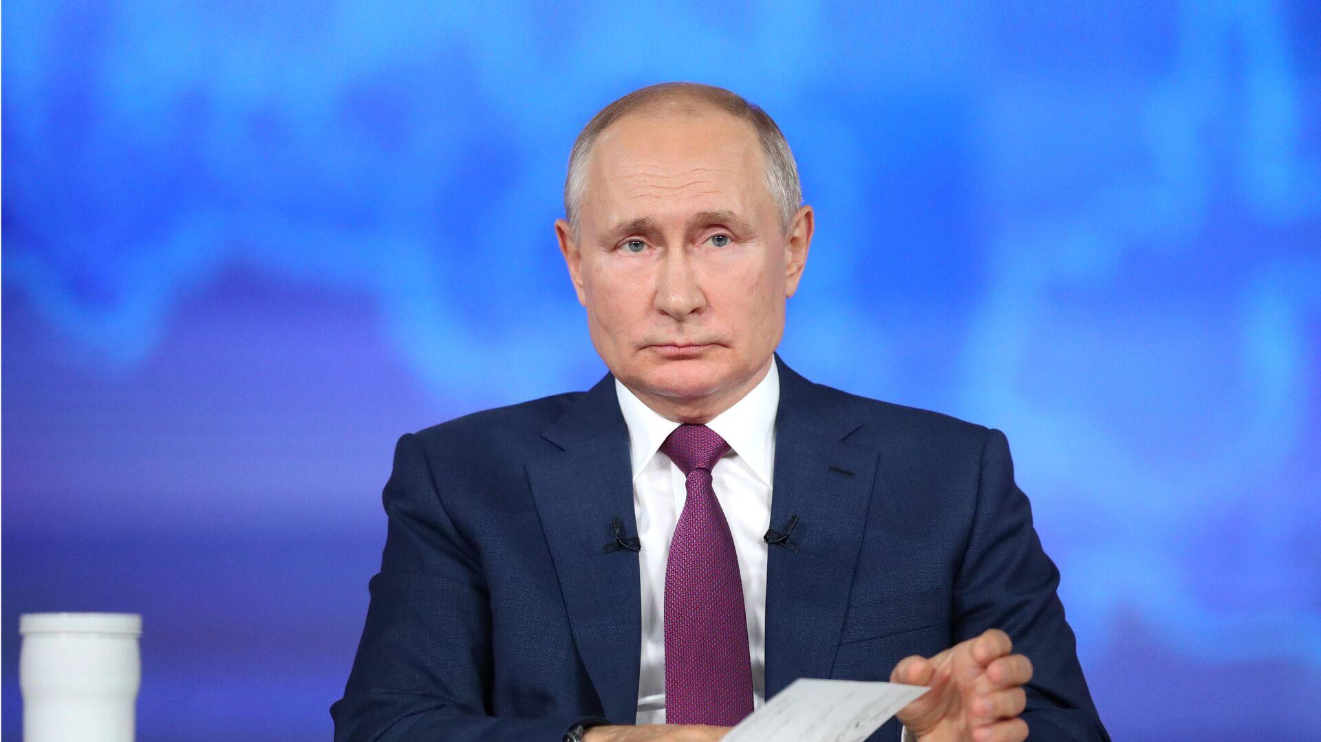 Президент РФ Владимир Путин отвечает на вопросы россиян во время ежегодной специальной программы Прямая линия с Владимиром Путиным - РИА Новости, 1920, 30.06.2021