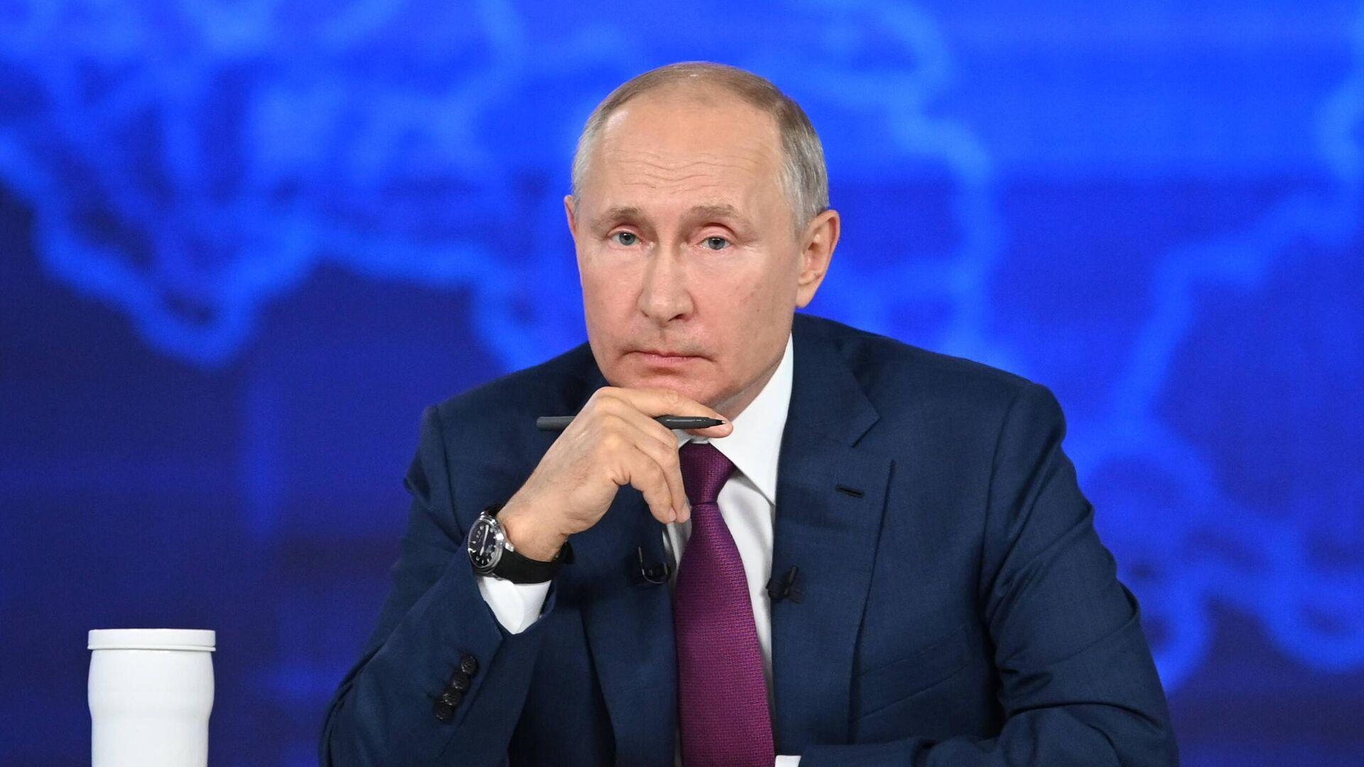 Президент РФ Владимир Путин отвечает на вопросы россиян во время ежегодной специальной программы Прямая линия с Владимиром Путиным - РИА Новости, 1920, 01.07.2021