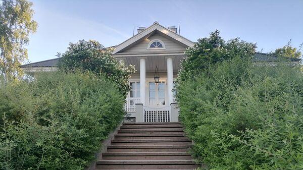 Вид на дом в Михайловском