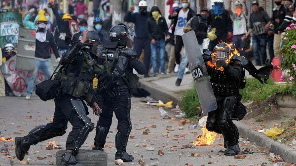 Столкновения протестующих с полицией в Боготе