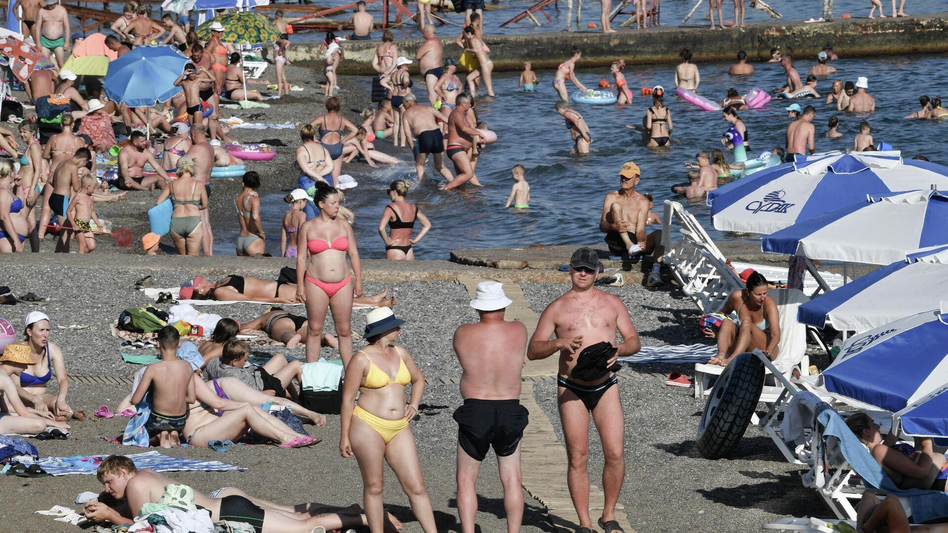 Отдыхающие на пляже в Судаке - РИА Новости, 1920, 05.07.2021