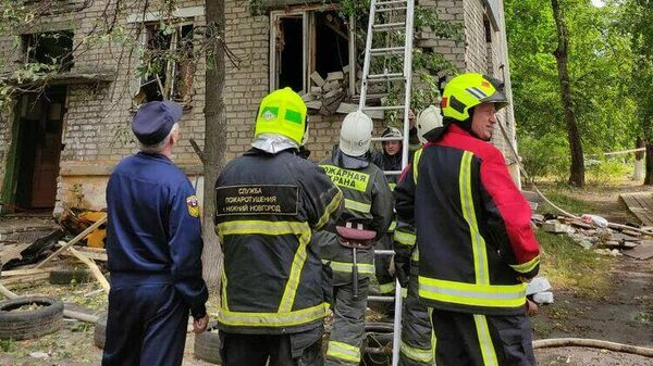 Сотрудники МЧС РФ работают на месте взрыва газа в жилом доме в Нижнем Новгород