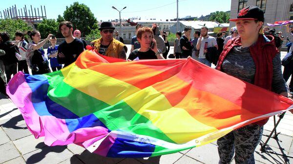 Участники акции в поддержку ЛГБТ сообщества в Тбилиси