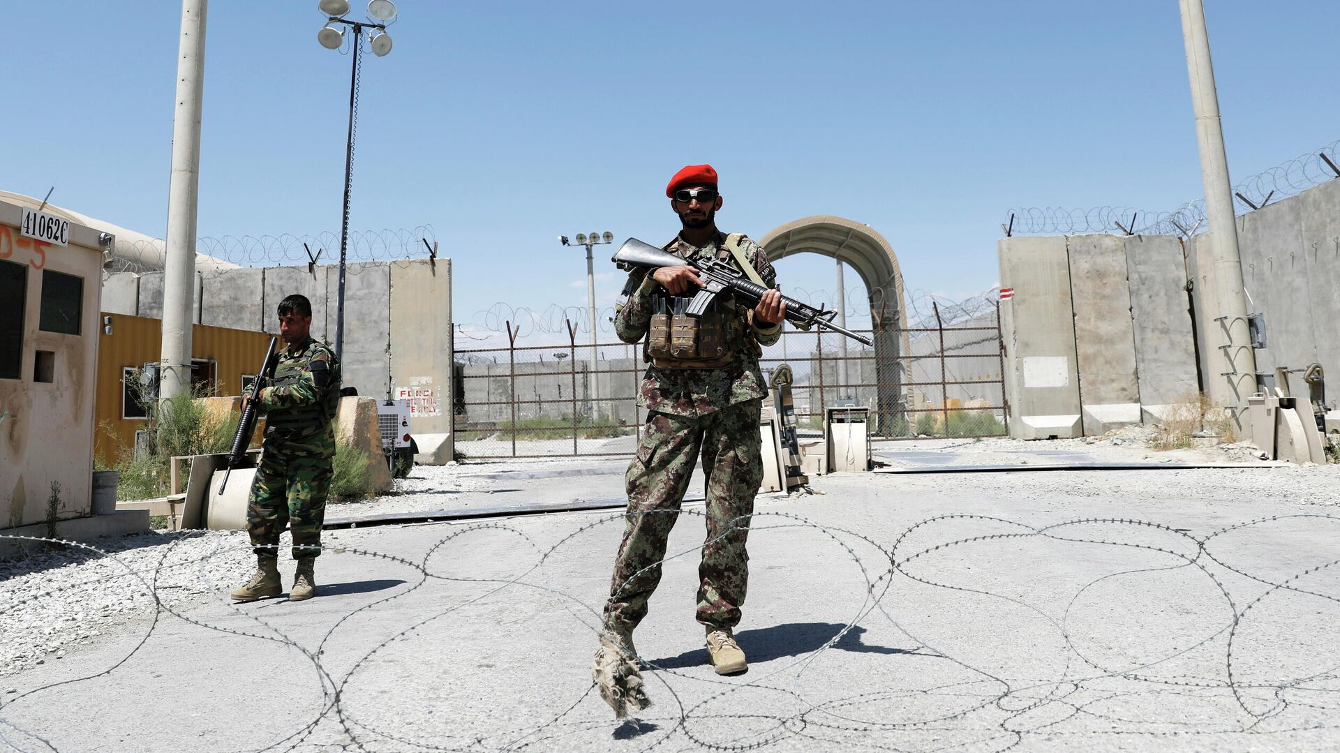 Афганские солдаты охраняют ворота американской авиабазы Баграм в день вывода Американских войск из Афганистана - РИА Новости, 1920, 03.07.2021