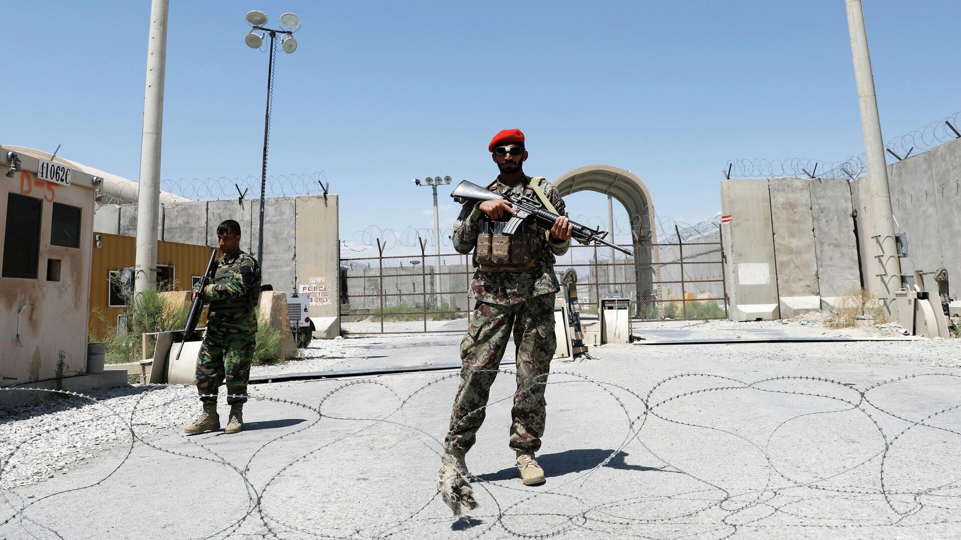 Афганские солдаты охраняют ворота американской авиабазы Баграм в день вывода Американских войск из Афганистана - РИА Новости, 1920, 05.07.2021