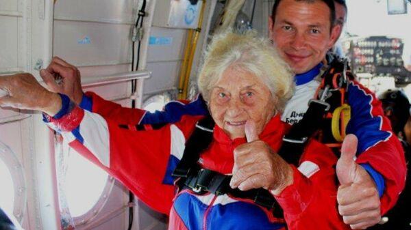 Мария Денисовна перед прыжком с парашютом