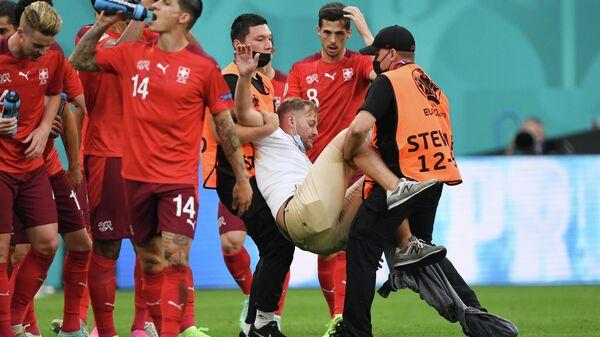 Болельщик, выбежавший на поле Арены Санкт-Петербург во время матча 1/4 финала ЕВРО-2020 Швейцария - Испания