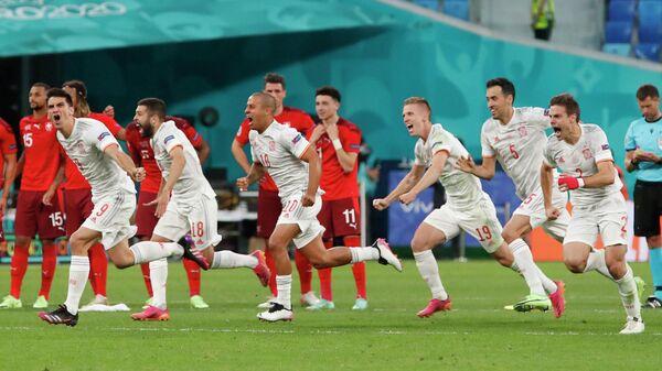 Футболисты сборной Испании радуются победе над швейцарцами
