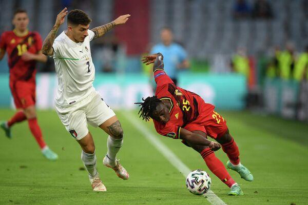 Нападающий сборной Бельгии Жереми Доку (справа) и защитник сборной Италии Джованни Ди Лоренцо