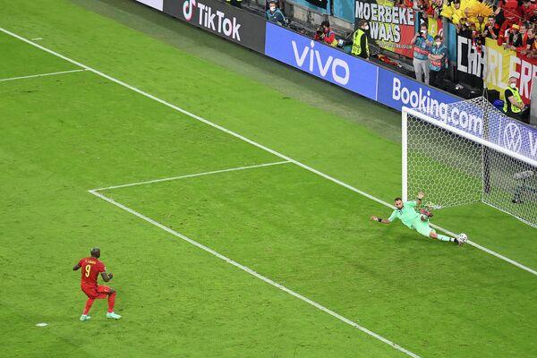 Нападающий сборной Бельгии Ромелу Лукаку и вратарь сборной Италии Джанлуиджи Доннарумма