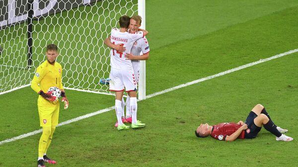 Футболисты сборной Дании радуются забитому мячу в ворота чехов