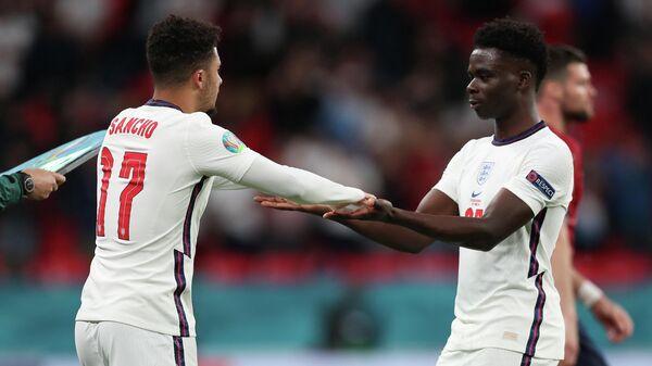 Футболисты сборной Англии Джейдон Санчо (слева) и Букайо Сака