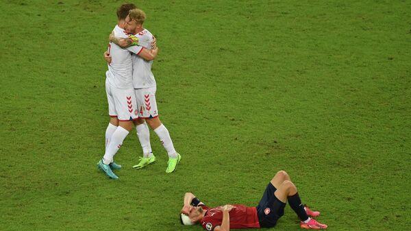 Футболисты сборной Дании Йоахим Андерсен (слева) и Симон Кьер и капитан сборной Чехии Томаш Соучек