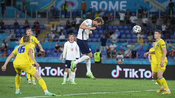 Нападающий сборной Англии Гарри Кейн (в центре)