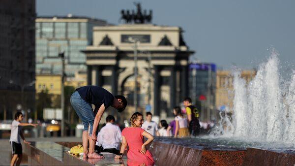 Молодые люди у фонтана в парке Победы в Москве