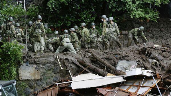 Ликвидация последствий схода оползня, вызванного сильным дождем, в Японии