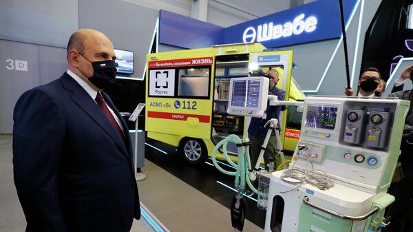 Председатель правительства РФ Михаил Мишустин во время осмотра Международной промышленной выставки Иннопром-2021 в Екатеринбурге