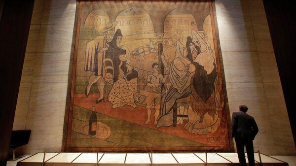 Сценический занавес, разработанный художником Пабло Пикассо для балета Le Tricorne, в Сигрем-билдинг, Нью-Йорк, США