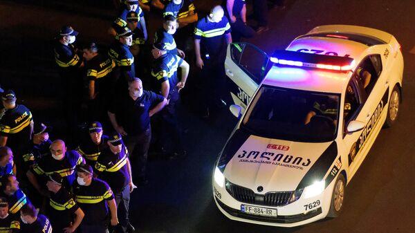 Сотрудники полиции во время акции протеста против ЛГБТ в Тбилиси
