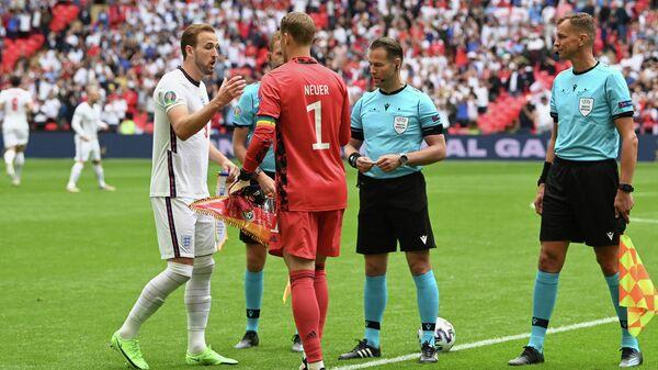 Голландский арбитр Данни Маккели перед началом матча сборных Англии и Германии