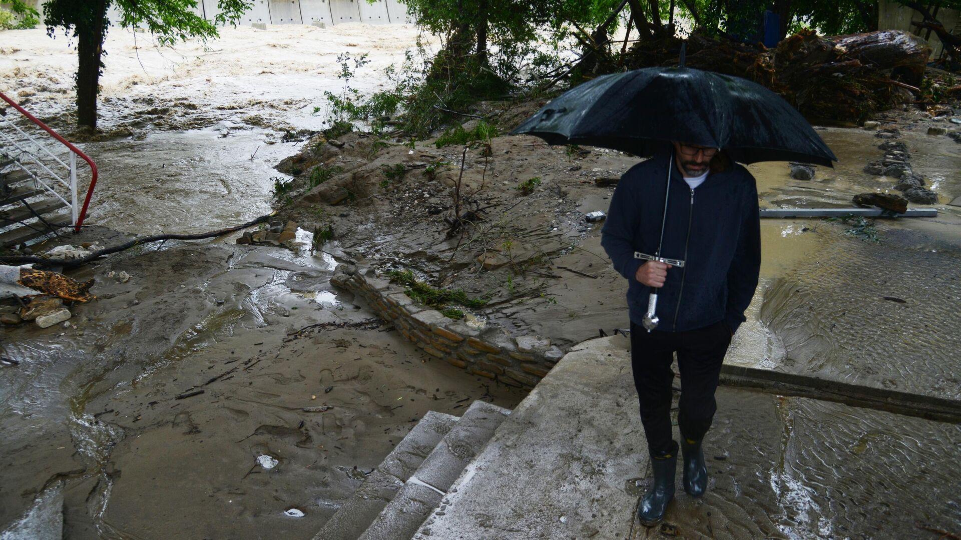 Мужчина на берегу реки Кудепста в Хостинском районе Сочи - РИА Новости, 1920, 24.07.2021