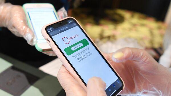 Хостес проверяет наличие и подлинность QR-кода у посетительницы