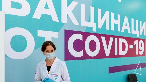 Медицинский сотрудник в центре вакцинации от COVID-19 в Гостином дворе в Москве