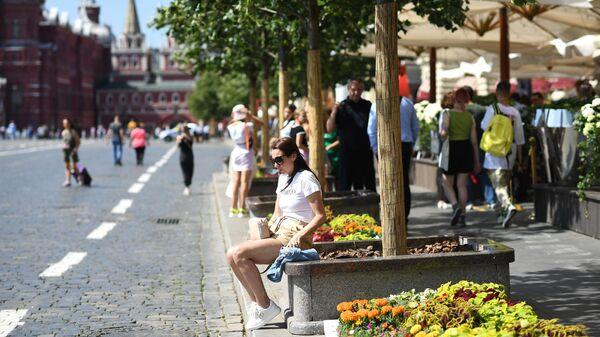 Девушка у ГУМа на Красной площади в Москве