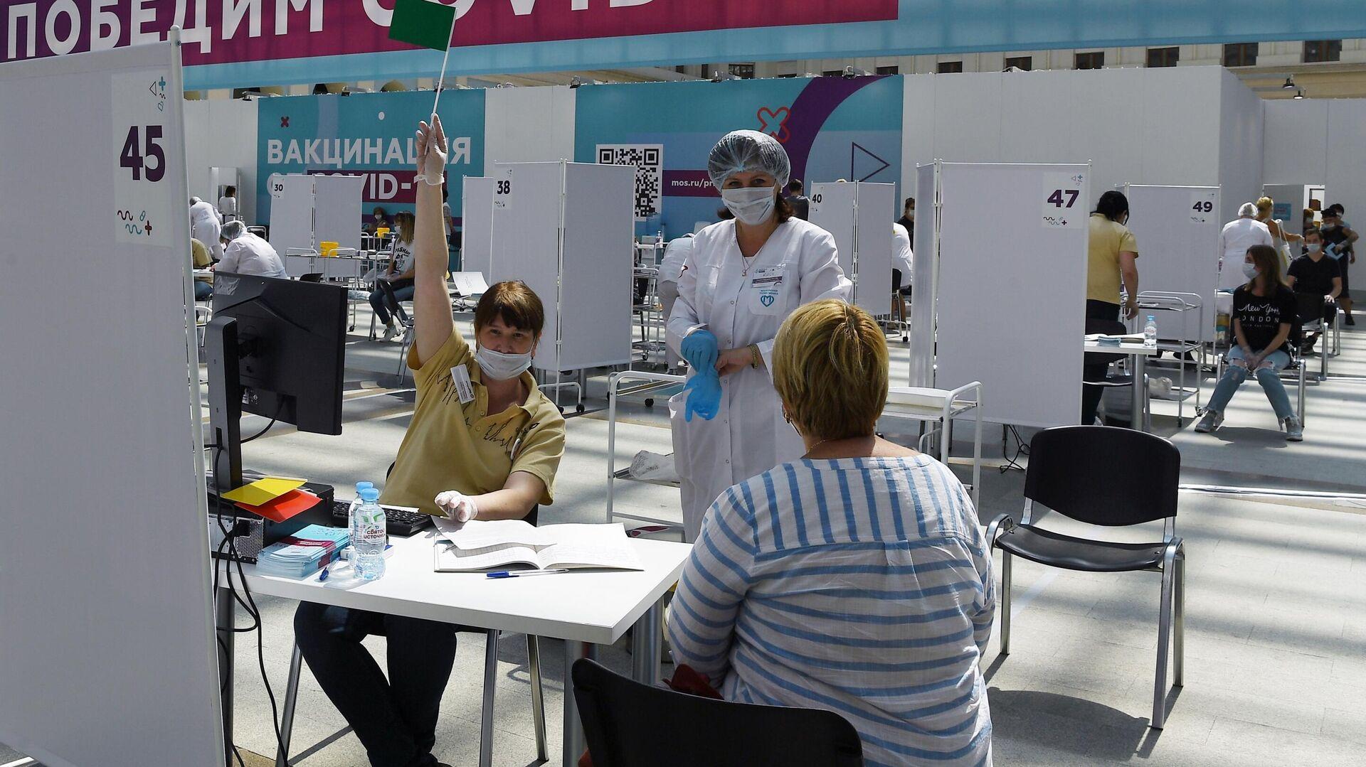 Посетители и медицинские сотрудники в центре вакцинации от COVID-19 в Гостином дворе в Москве - РИА Новости, 1920, 20.07.2021