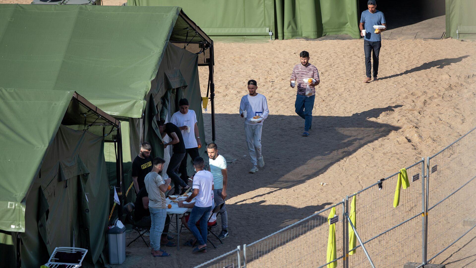 Лагерь мигрантов в городе Пабраде, Литва - РИА Новости, 1920, 26.07.2021