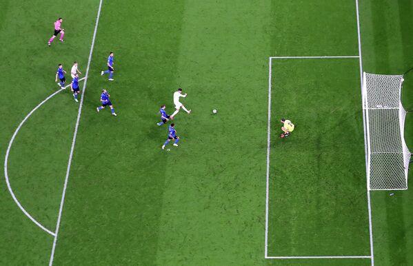 Нападающий сборной Испании Альваро Мората забивает гол в ворота сборной Италии