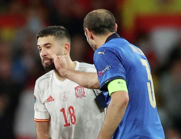 Защитник сборной Испании Жорди Альба (слева) и защитник сборной Италии Джорджо Кьеллини