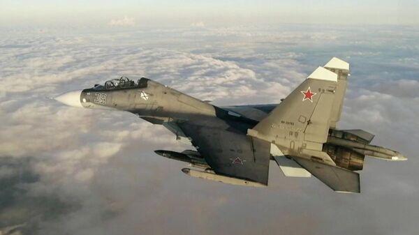 Истребитель Су-30 из состава дежурных морской авиации и противовоздушной обороны Черноморского флота во время сопровождения самолета Boeing P-8 Poseidon ВМС США над Черным морем. Стоп-кадр видео