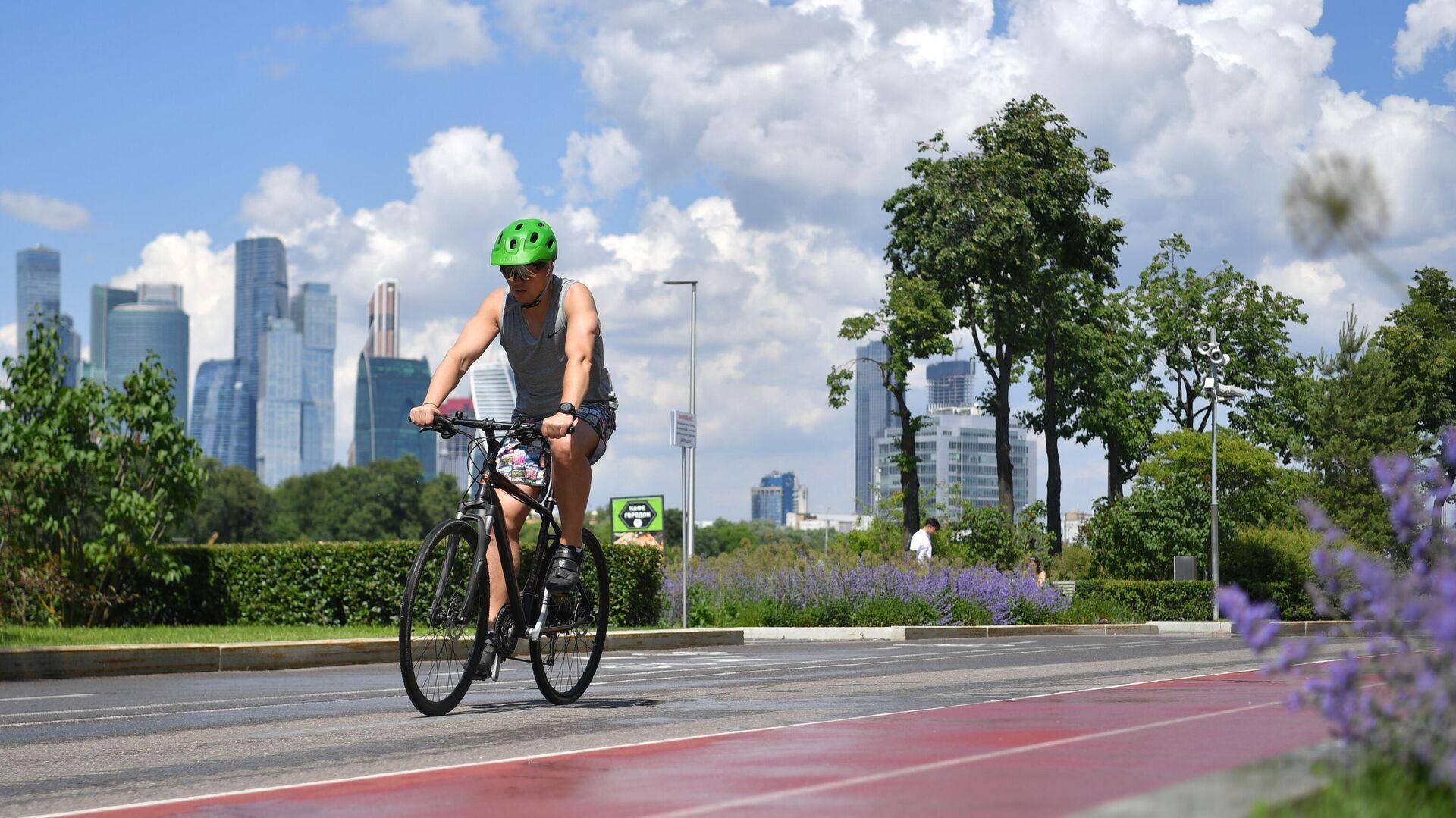 Велосипедист на Лужнецкой набережной в Москве - РИА Новости, 1920, 30.07.2021