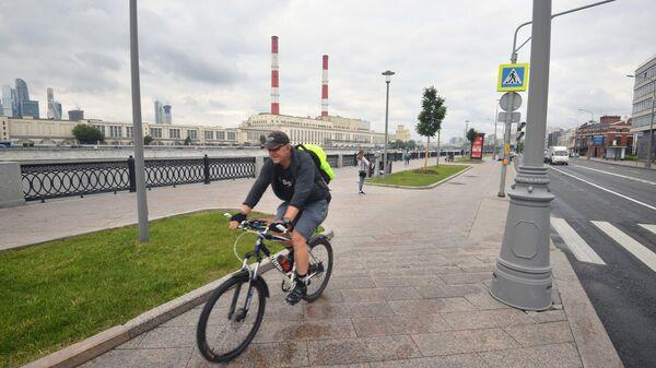 Мужчина катается на велосипеде на набережной Тараса Шевченко в Москве