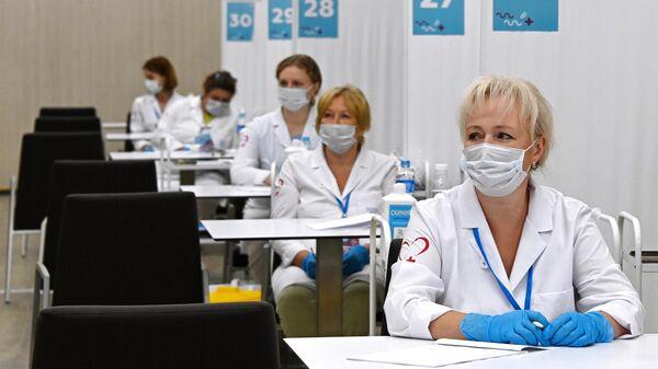 Медицинские сотрудники в центре вакцинации от COVID-19 на стадионе Лужники в Москве