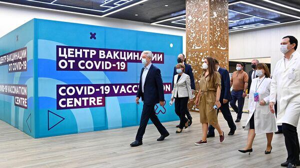 Мэр Москвы Сергей Собянин в центре вакцинации от COVID-19 на стадионе Лужники в Москве