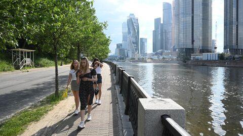 Девушки гуляют на набережной Тараса Шевченко в Москве