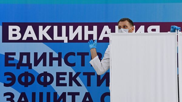 Медицинский сотрудник в центре вакцинации от COVID-19 на стадионе Лужники в Москве