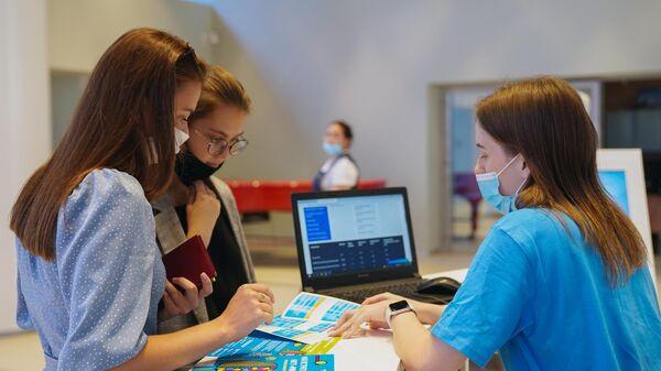 Абитуриенты на ресепшене во время поступления в Национальный исследовательский технологический университет МИСиС в Москв